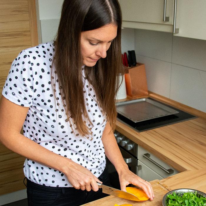 Ernährungsberaterin Helen Schenkl bereitet verträgliches Essen zu