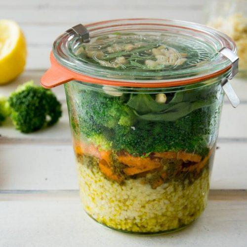 FODMAP-armer und glutenfreier Salat im Glas ist perfekt zum Mitnehmen
