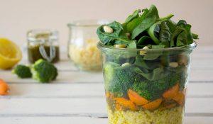 FODMAP-armer Salat im Glas ist das perfekte Mittagessen für's Büro