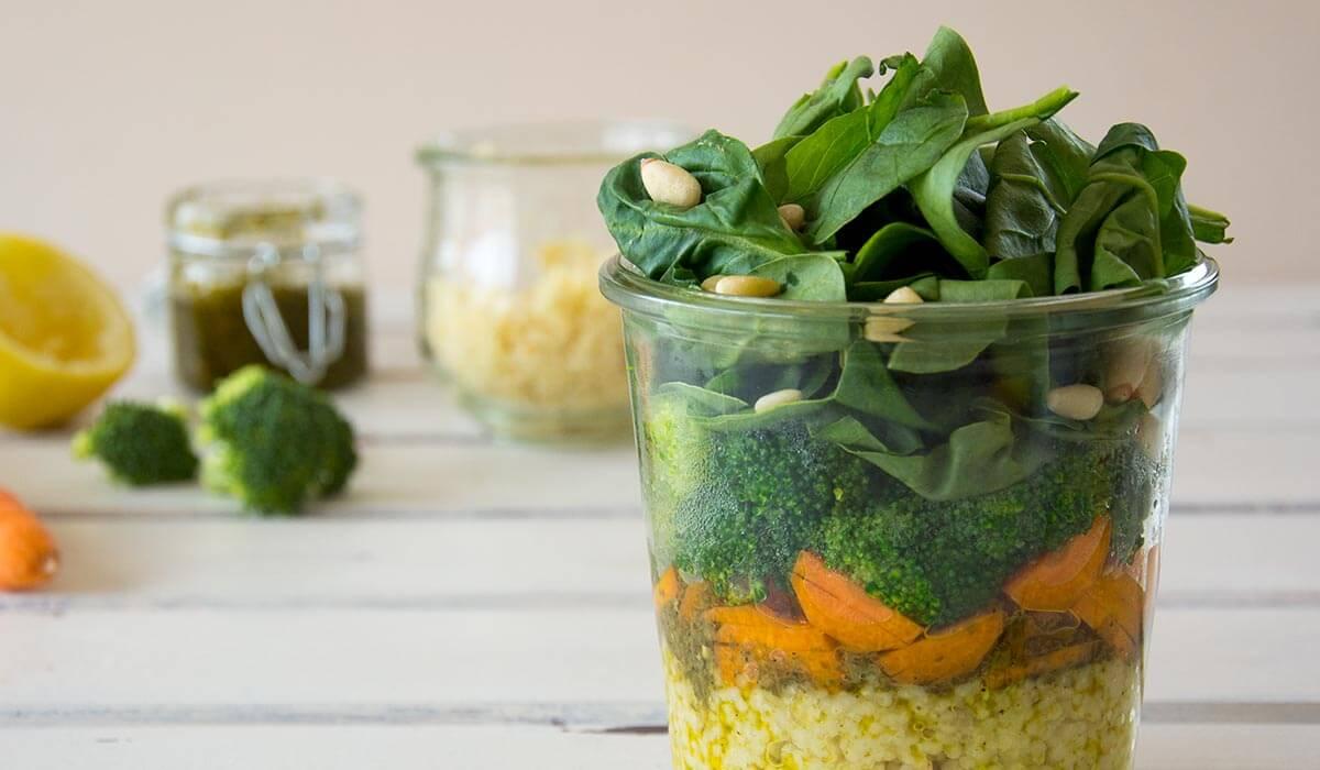 FODMAP-armer Salat im Glas ist das perfekte Mittagessen für's Büro. Du kannst ihn am Abend vorbereiten und über nach im Kühlschrank lagern. Er ist bekömmlich bei einer Nahrungsmittelunverträglichkeit, Lebensmittelunverträglichkeit oder Reizdarm - laktosefrei, glutenfrei, fructosearm, vegan, ohne Milch, ohne Ei, ohne Nüsse. Noch mehr gesunde FODMAP-arme Rezepte findest du auf meinem Blog www.weglasserei.de Dort findest du außerdem Tipps und Motivation, um deine Nahrungsmittelunverträglichkeit, Lebensmittelunverträglichkeit und deinen Reizdarm in den Griffe zu bekommen. Ich zeige dir, wie du die Ernährungsumstellung angehst. Eine große Portion Motivation gibt es oben drauf.