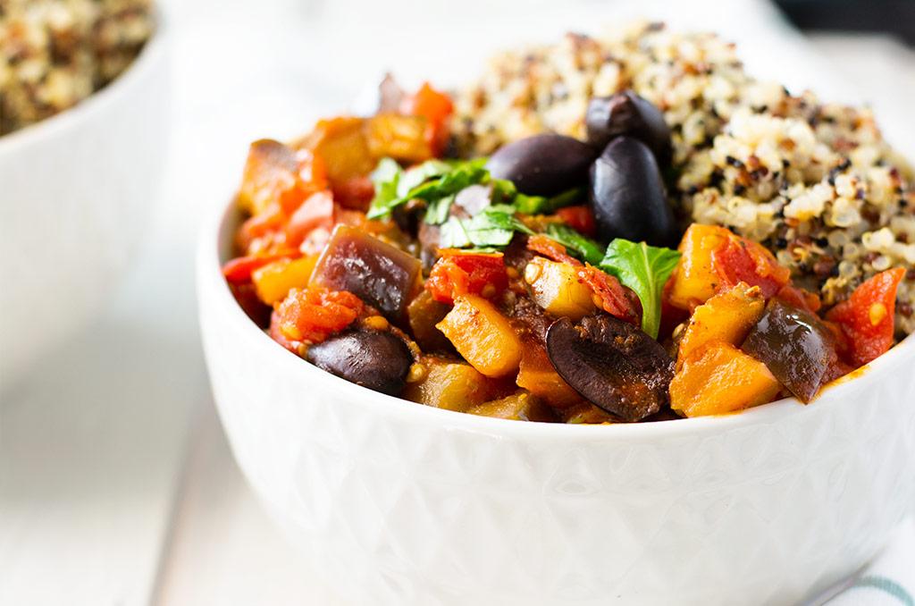 Laktosefreies Auberginen Tomaten Gemüse mit Quinoa. Für noch mehr Tipps & Motivation, um deine #nahrungsmittelunverträglichkeit oder deinen #reizdarm in den Griff zu bekommen, schau auf meinem Blog www.weglasserei.de vorbei. Außerdem findest du dort #FODMAP-arme Rezepte. #lebensmittelunverträglichkeit #glutenfrei #laktosefrei #fructosearm #fodmap #reizdarm #fodmapdiaet #aubergine #tomate #mediterran #oliven #quinoa