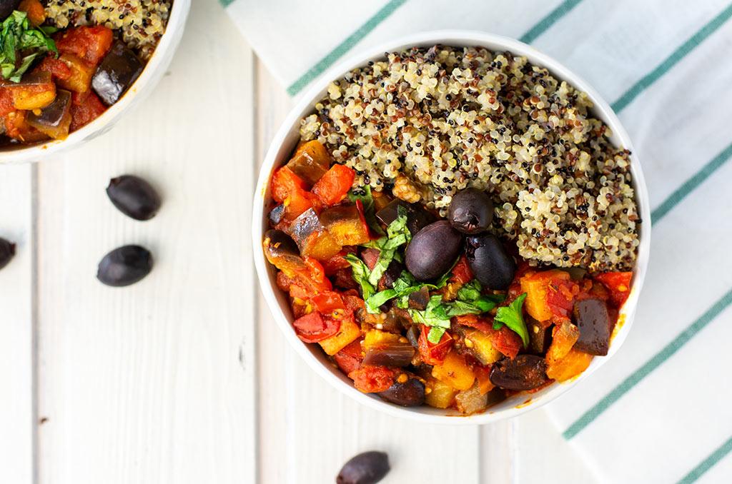 Mediterranes Tomaten Auberginen Gemüse. Für noch mehr Tipps & Motivation, um deine #nahrungsmittelunverträglichkeit oder deinen #reizdarm in den Griff zu bekommen, schau auf meinem Blog www.weglasserei.de vorbei. Außerdem findest du dort #FODMAP-arme Rezepte. #lebensmittelunverträglichkeit #glutenfrei #laktosefrei #fructosearm #fodmap #reizdarm #fodmapdiaet #aubergine #tomate #mediterran #oliven #quinoa