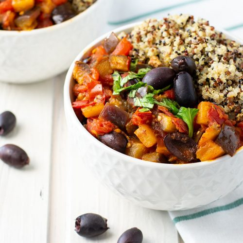 Mediterraner Auberginen-Tomaten-Topf mit buntem Quinoa