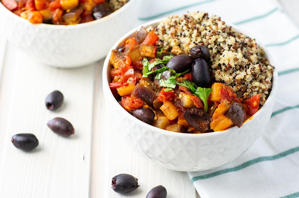 FODMAP-armes Auberginen Tomaten Gemüse mit Quinoa. Für noch mehr Tipps & Motivation, um deine #nahrungsmittelunverträglichkeit oder deinen #reizdarm in den Griff zu bekommen, schau auf meinem Blog www.weglasserei.de vorbei. Außerdem findest du dort #FODMAP-arme Rezepte. #lebensmittelunverträglichkeit #glutenfrei #laktosefrei #fructosearm #fodmap #reizdarm #fodmapdiaet #aubergine #tomate #mediterran #oliven #quinoa
