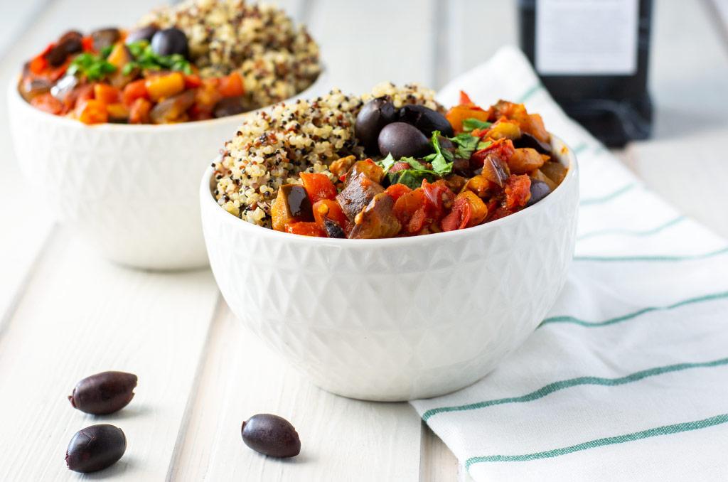 Auberginen Tomaten Soße mit Quinoa. Für noch mehr Tipps & Motivation, um deine #nahrungsmittelunverträglichkeit oder deinen #reizdarm in den Griff zu bekommen, schau auf meinem Blog www.weglasserei.de vorbei. Außerdem findest du dort #FODMAP-arme Rezepte. #lebensmittelunverträglichkeit #glutenfrei #laktosefrei #fructosearm #fodmap #reizdarm #fodmapdiaet #aubergine #tomate #mediterran #oliven #quinoa