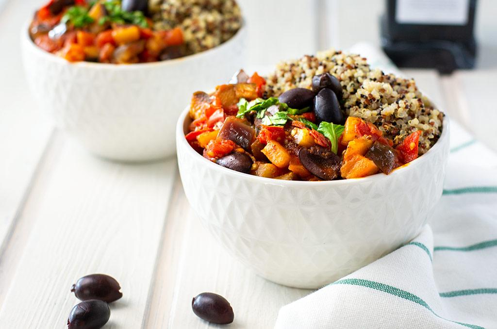 Glutenfreies Auberginen Tomaten Gemüse mit Quinoa. Für noch mehr Tipps & Motivation, um deine #nahrungsmittelunverträglichkeit oder deinen #reizdarm in den Griff zu bekommen, schau auf meinem Blog www.weglasserei.de vorbei. Außerdem findest du dort #FODMAP-arme Rezepte. #lebensmittelunverträglichkeit #glutenfrei #laktosefrei #fructosearm #fodmap #reizdarm #fodmapdiaet #aubergine #tomate #mediterran #oliven #quinoa