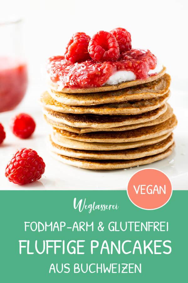 Buchweizen Pancakes mit Rhabarber-Himbeer-Kompott - das perfekte Frühstück am Wochenende. Noch mehr FODMAP-arme Rezepte auf Deutsch findest du auf meinem Blog. Sowie Motivation, um deine Nahrungsmittelunverträglichkeit oder Reizdarm in den Griff zu bekommen. #gesunderezepte #glutenfrei #laktosefrei #fructosearm #nahrungsmittelunvertraeglichkeit #reizdarm #fodmap #pancakes #pfannkuchen #frühstück
