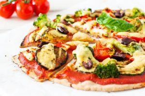 Knusprige Buchweizenpizza mit gegrilltem Gemüse