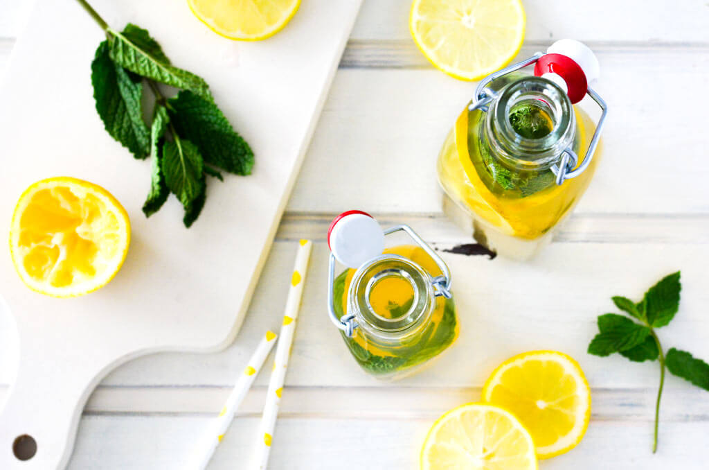 Eistee aus Grünem Tee mit Minze und Zitrone