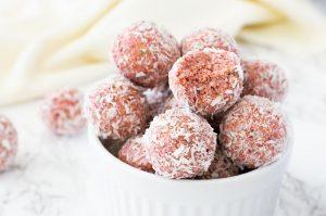 Erdbeer-Energiekugeln ohne Datteln