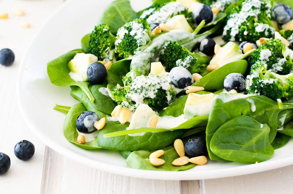 FODMAP-armer Salat mit Brokkoli und Avocado
