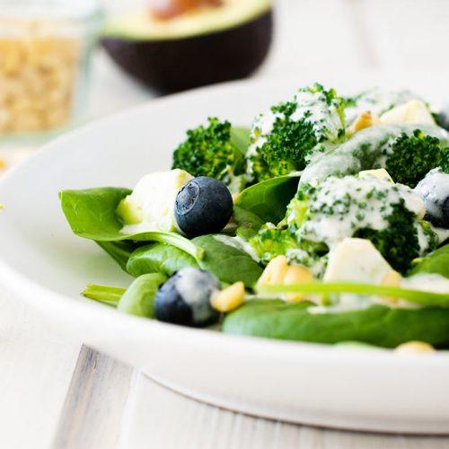 FODMAP-armer Salat mit Babyspinat, Brokkoli und Blaubeeren