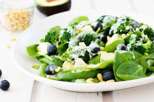 Spinat-Brokkoli-Salat mit Heidelbeeren und Avocado