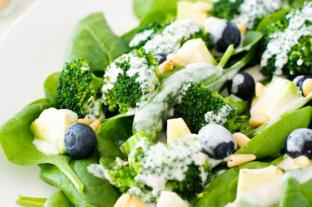 FODMAP-armer Salat mit Sesamdressing