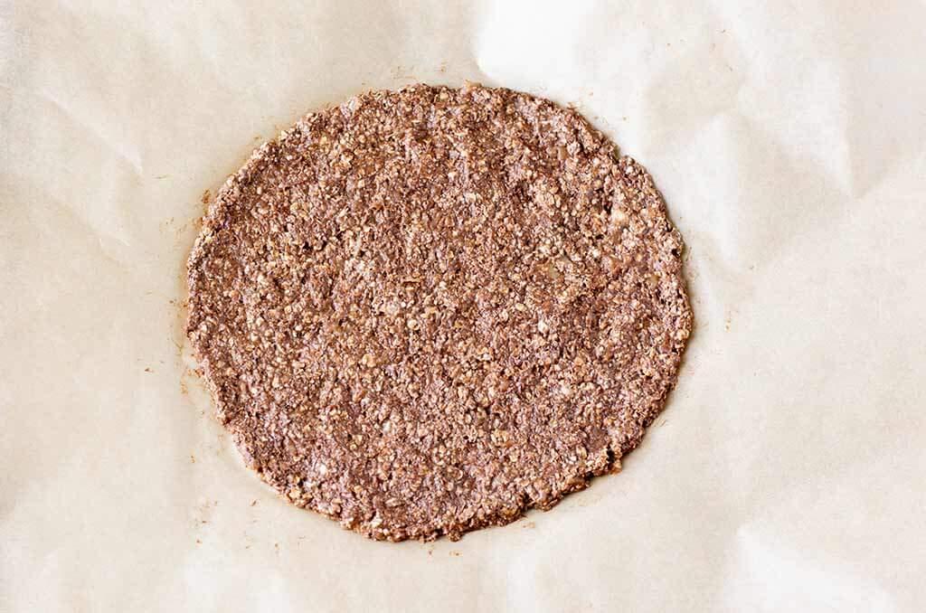 Fühstückspizza auf einem Backpapier formen