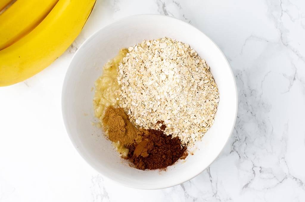 Aus Haferflocken, Kakao und Banane wird Teig für eine Frühstückspizza