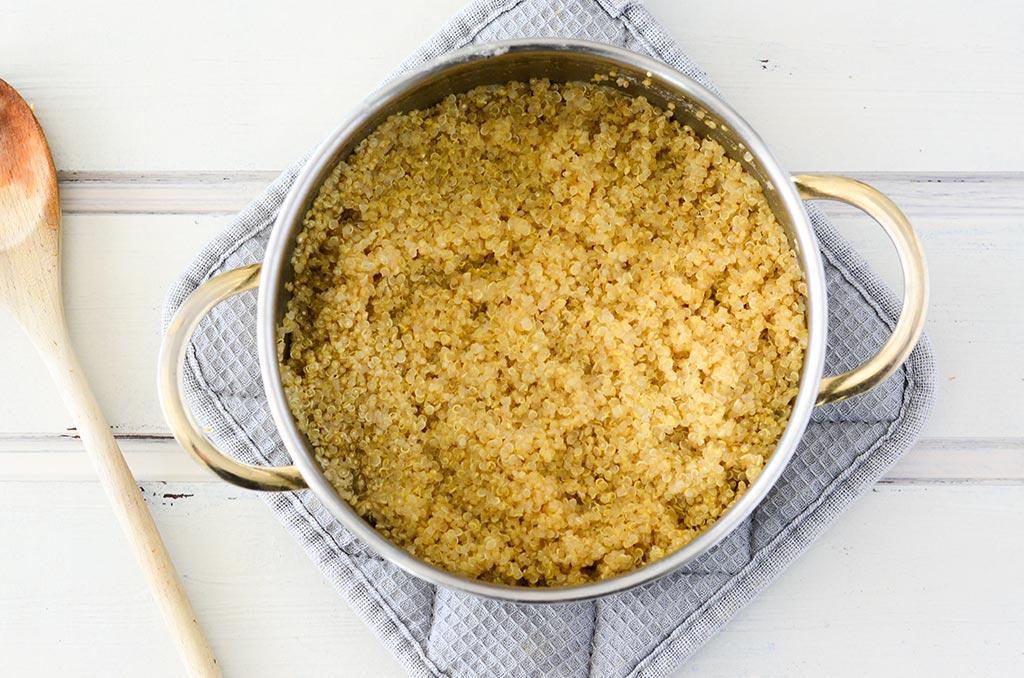 Quinoa für glutenfreien Flammkuchen. Noch mehr FODMAP-arme findest du auf meinem Blog. Sowie Motivation, um deine #nahrungsmittelunverträglichkeit oder #reizdarm in den Griff zu bekommen. #gesunderezepte #glutenfrei #laktosefrei #fructosearm #lebensmittelunvertraeglichkeit #fodmap #fodmapdiät #fodmaparm #flammkuchen #quinoa #kürbis #vegetarisch #vegan