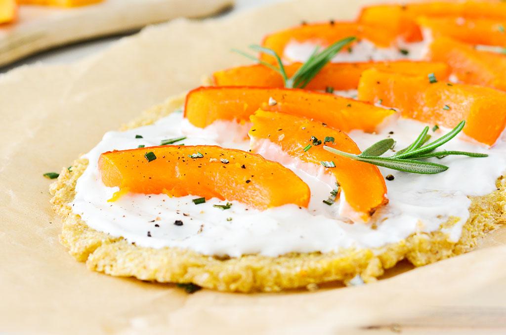 Glutenfreier Flammkuchen aus Quinoa. Noch mehr FODMAP-arme findest du auf meinem Blog. Sowie Motivation, um deine #nahrungsmittelunverträglichkeit oder #reizdarm in den Griff zu bekommen. #gesunderezepte #glutenfrei #laktosefrei #fructosearm #lebensmittelunvertraeglichkeit #fodmap #fodmapdiät #fodmaparm #flammkuchen #quinoa #kürbis #vegetarisch #vegan