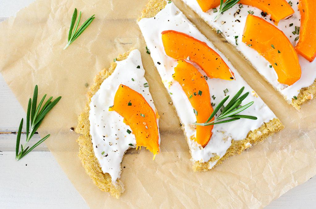 Veganer und glutenfreier Flammkuchen mit Quinoaboden. Noch mehr FODMAP-arme findest du auf meinem Blog. Sowie Motivation, um deine #nahrungsmittelunverträglichkeit oder #reizdarm in den Griff zu bekommen. #gesunderezepte #glutenfrei #laktosefrei #fructosearm #lebensmittelunvertraeglichkeit #fodmap #fodmapdiät #fodmaparm #flammkuchen #quinoa #kürbis #vegetarisch #vegan