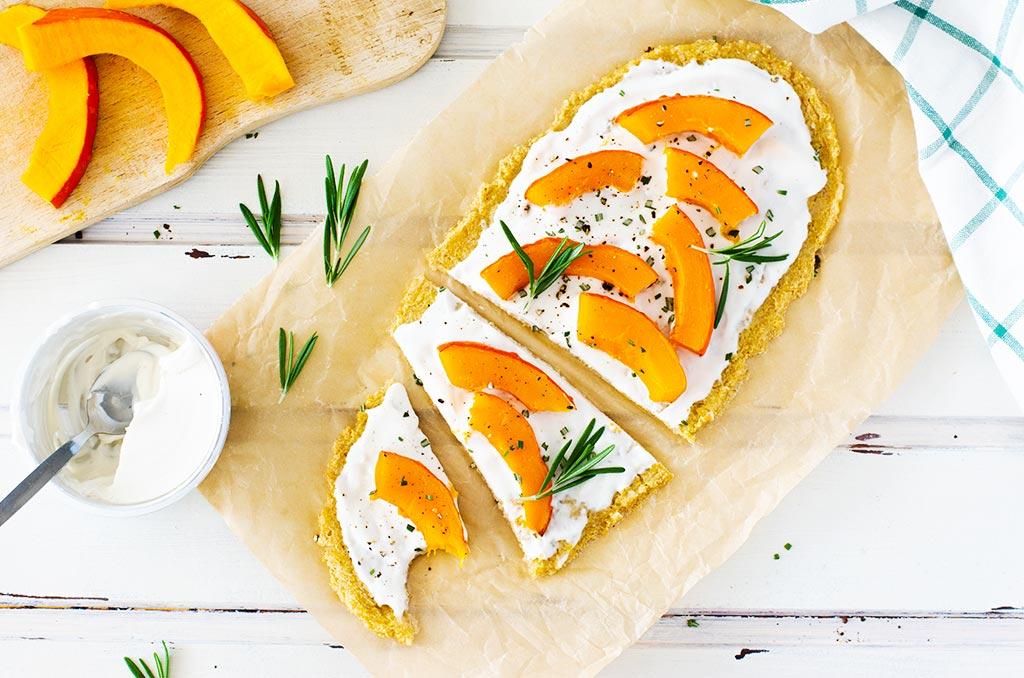 FODMAP-armer und glutenfreier Flammkuchen. Noch mehr FODMAP-arme findest du auf meinem Blog. Sowie Motivation, um deine #nahrungsmittelunverträglichkeit oder #reizdarm in den Griff zu bekommen. #gesunderezepte #glutenfrei #laktosefrei #fructosearm #lebensmittelunvertraeglichkeit #fodmap #fodmapdiät #fodmaparm #flammkuchen #quinoa #kürbis #vegetarisch #vegan