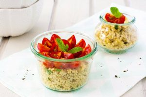 Rezept mit wenig Zutaten: Sommerliche Hirse mit Minze und Tomaten