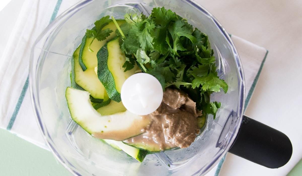 Rezept für Hummus FODMAP-arm. Verträglich aus Zucchini. Noch mehr gesunde FODMAP-arme Rezepte findest du auf meinem Blog www.weglasserei.de Dort findest du außerdem Tipps und Motivation, um deine Nahrungsmittelunverträglichkeit, Lebensmittelunverträglichkeit und deinen Reizdarm in den Griffe zu bekommen. Ich zeige dir, wie du die Ernährungsumstellung angehst. Eine große Portion Motivation gibt es oben drauf.