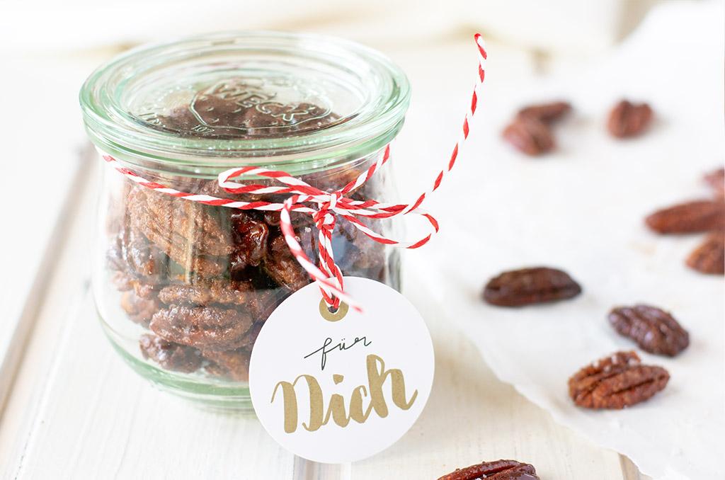 Gebrannte Pecannüsse im Glas als Geschenk für jemanden mit einer Nahrungsmittelunverträglichkeit