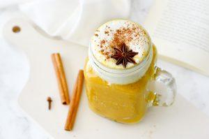 Cremige Kürbis-Chai-Latte