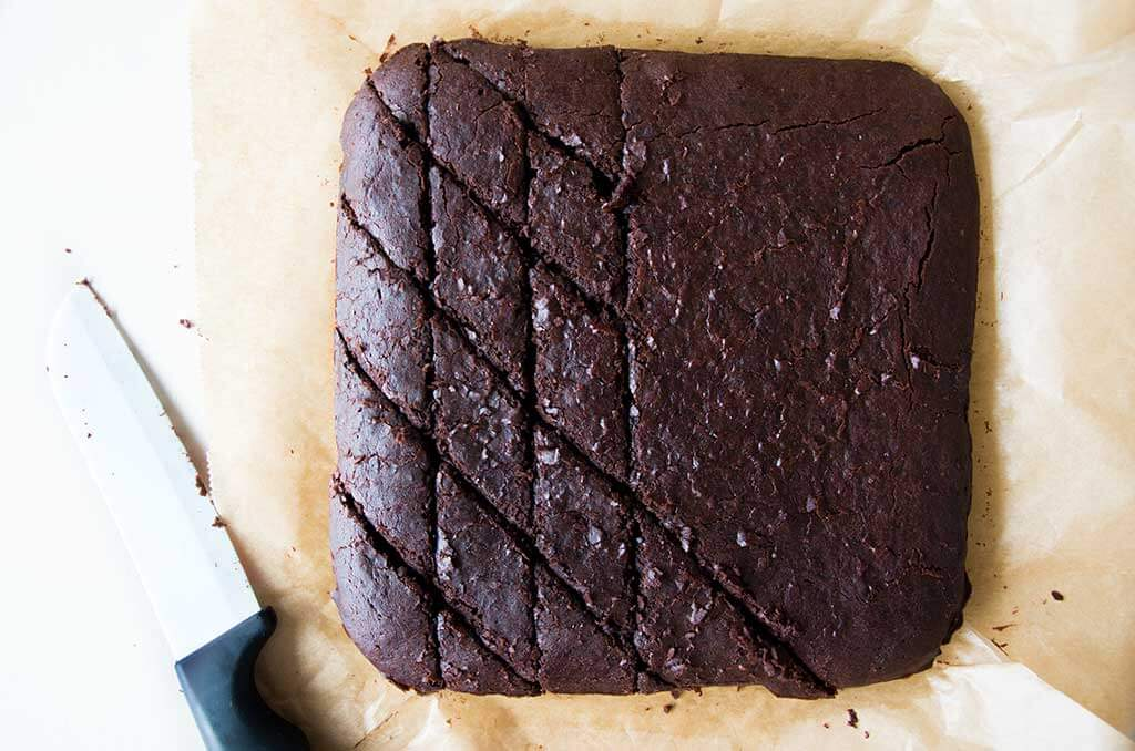 Lebkuchen Brownies in Rauten schneiden