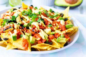 Leckerer und verträglicher Partysnack: Knusprige Nachos mit Salsa und Sour Cream