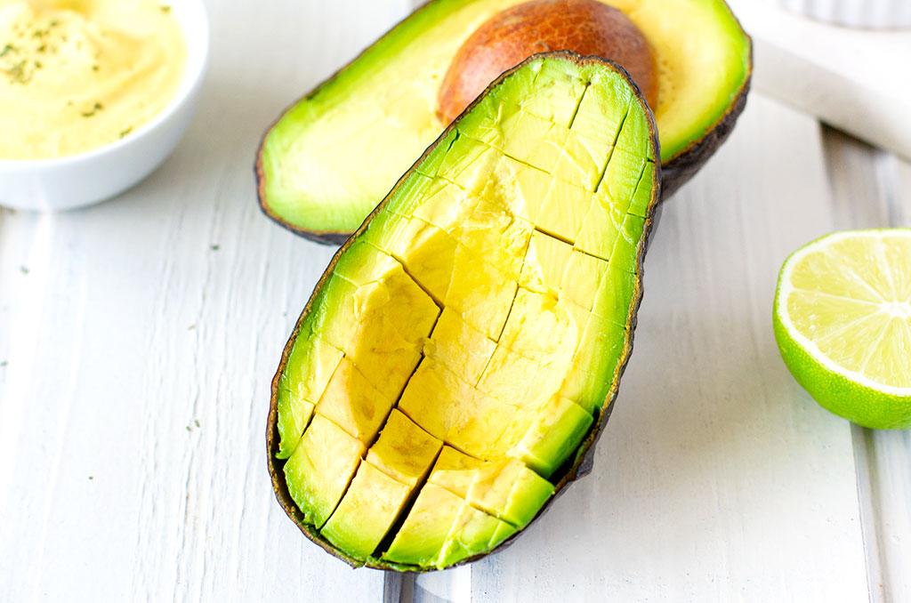 Avocado als Belag für glutenfreie Nachos