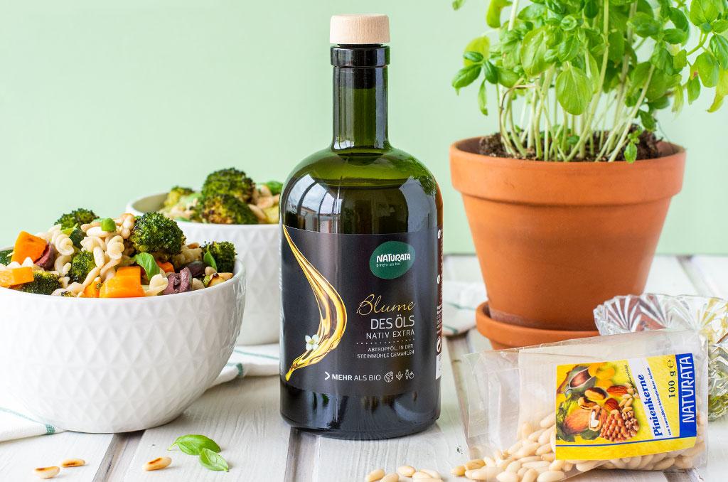 Glutenfreier Nudelsalat mit Naturata Olivenöl und Pinienkernen