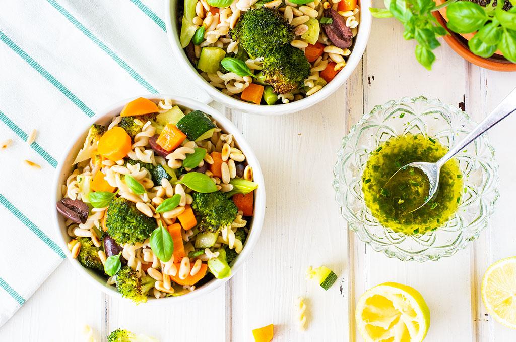 Glutenfreier Nudelsalat mit Grillgemüse als Beilage zum Grillen