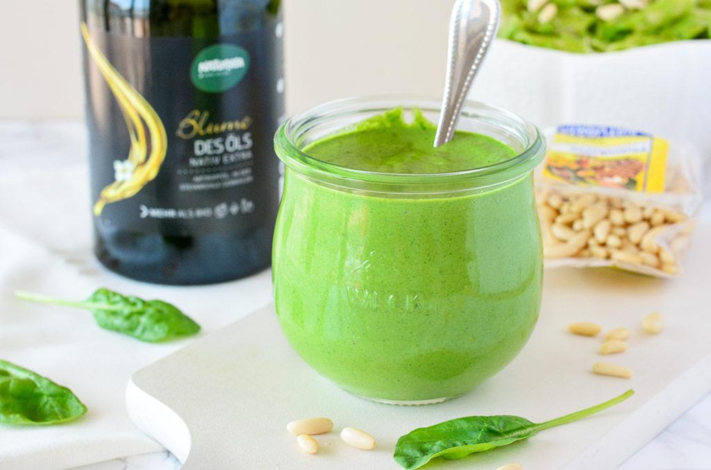 Spinat Pesto mit Naturata Pinienkernen und Olivenöl