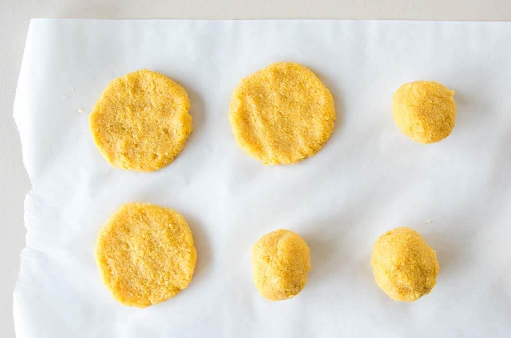 Polenta Pancakes formen. Noch mehr gesunde FODMAP-arme Rezepte findest du auf meinem Blog www.weglasserei.de Dort findest du außerdem Tipps und Motivation, um deine Lebensmittelunverträglichkeit oder Reizdarm in den Griff zu bekommen. Dort zeige ich dir, wie du die Ernährungsumstellung angehst. #gesunderezepte #glutenfrei #laktosefrei #fructosearm #nahrungsmittelunvertraeglichkeit #reizdarm #fodmap