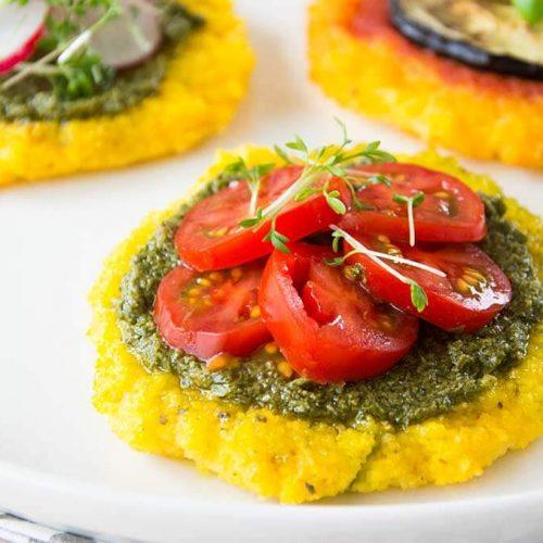 Polenta Happen mit Pesto und Tomate. Mal was anderes als Pizza. Noch mehr gesunde FODMAP-arme Rezepte findest du auf meinem Blog www.weglasserei.de Dort findest du außerdem Tipps und Motivation, um deine Lebensmittelunverträglichkeit oder Reizdarm in den Griff zu bekommen. Dort zeige ich dir, wie du die Ernährungsumstellung angehst. #gesunderezepte #glutenfrei #laktosefrei #fructosearm #nahrungsmittelunvertraeglichkeit #reizdarm #fodmap