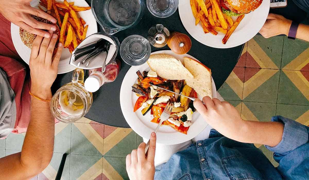 Restaurant mit Unverträglichkeiten kann zur Herausforderung werden. Mit diesen Tipps wird das Essen im Restaurant auch für dich mit Nahrungsmittelunverträglichkeiten entspannt. Wenn du noch mehr Tipps & Motivation brauchst, um deine Nahrungsmittelunverträglichkeiten, Lebensmittelunverträglichkeiten oder deinen Reizdarm in den Griff zu bekommen, dann besuche mich gerne auf meinem Blog www.weglasserei.de Dort zeige ich dir, wie du die Ernährungsumstellung am besten angehst. Außerdem findest du leckere FODMAP-arme Rezepte, die glutenfrei, laktosefrei, fructosearm und bei Reizdarm bekömmlich sind.
