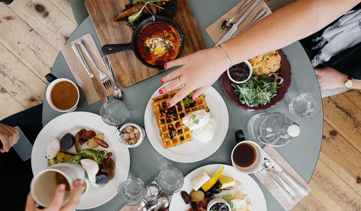 Du bekommst Besuch von jemanden mit einer Lebensmittelunverträglichkeit. Keine Panik, hier kommen Tipps, wie du deinen Gast mit Unverträglichkeiten am besten bekochst. Wenn du noch mehr Tipps & Motivation brauchst, um deine Nahrungsmittelunverträglichkeiten, Lebensmittelunverträglichkeiten oder deinen Reizdarm in den Griff zu bekommen, dann besuche mich gerne auf meinem Blog www.weglasserei.de Dort zeige ich dir, wie du die Ernährungsumstellung am besten angehst. Außerdem findest du leckere FODMAP-arme Rezepte, die glutenfrei, laktosefrei, fructosearm und bei Reizdarm bekömmlich sind.