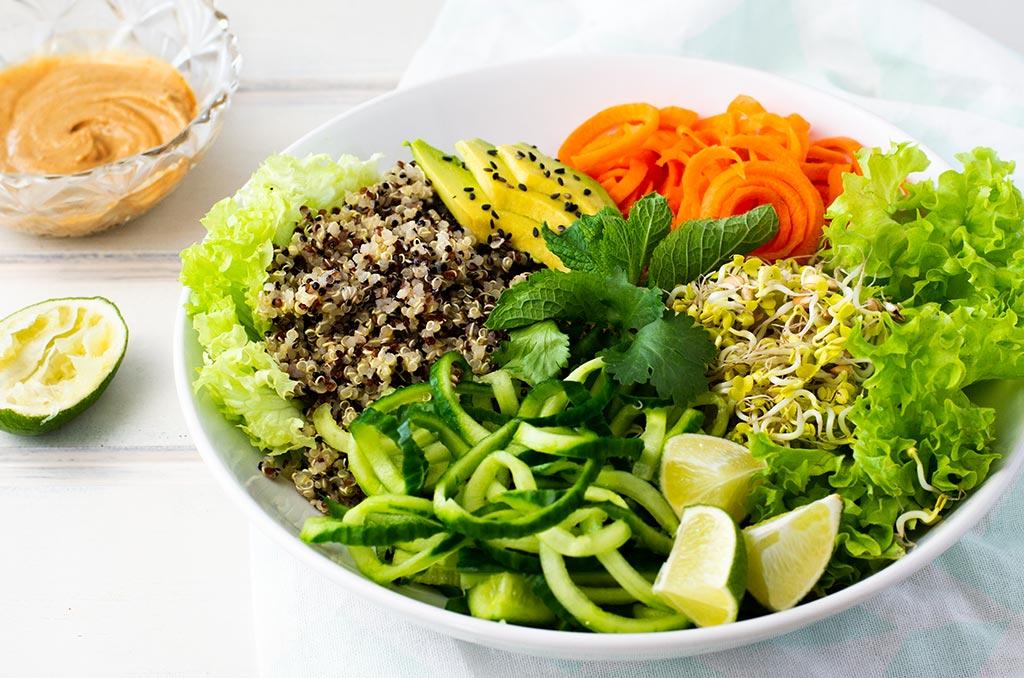 Gesunder Sommerrollen Salat für heiße Tage. Noch mehr FODMAP-arme #rezepte auf Deutsch findest du auf meinem Blog. Sowie Motivation, um deine #nahrungsmittelunverträglichkeit oder #reizdarm in den Griff zu bekommen. #gesunderezepte #glutenfrei #laktosefrei #fructosearm #lebensmittelunvertraeglichkeit #fodmap #fodmapdiät #salat #sommerrollen #vegan #vegetarisch