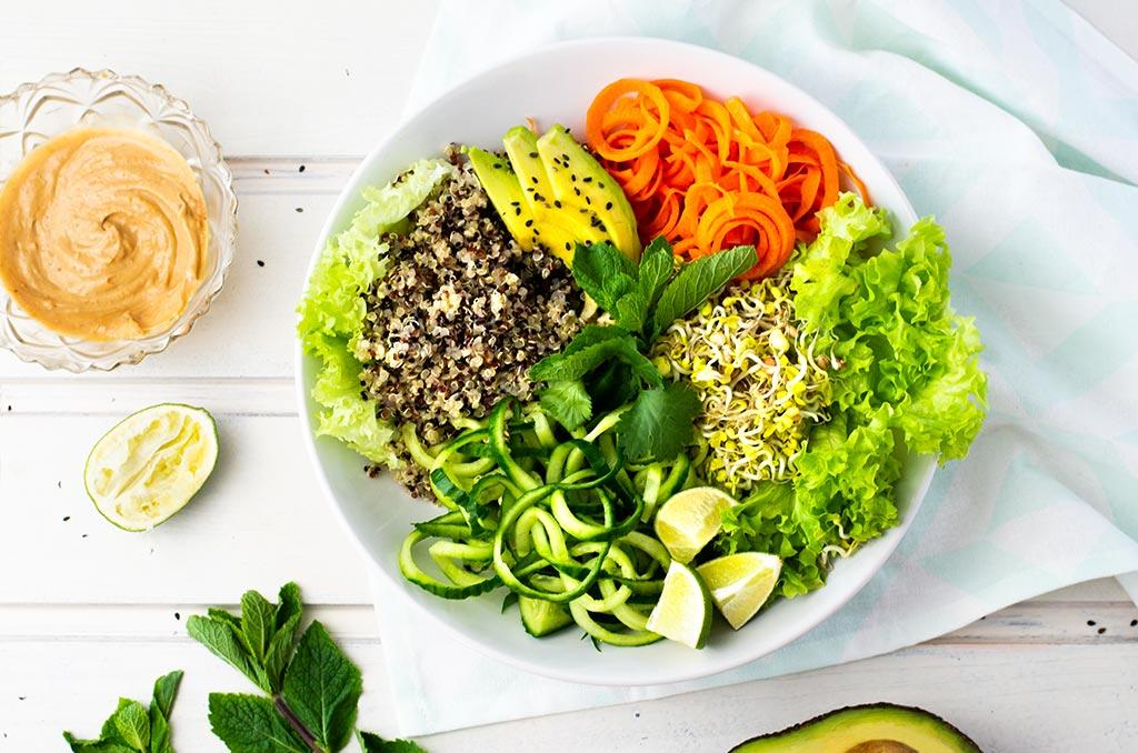 FODMAP-armer Sommerrollensalat. Noch mehr FODMAP-arme #rezepte auf Deutsch findest du auf meinem Blog. Sowie Motivation, um deine #nahrungsmittelunverträglichkeit oder #reizdarm in den Griff zu bekommen. #gesunderezepte #glutenfrei #laktosefrei #fructosearm #lebensmittelunvertraeglichkeit #fodmap #fodmapdiät #salat #sommerrollen #vegan #vegetarisch