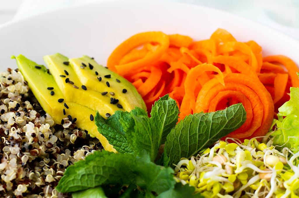 Glutenfreier Sommerollen Salat. Noch mehr FODMAP-arme #rezepte auf Deutsch findest du auf meinem Blog. Sowie Motivation, um deine #nahrungsmittelunverträglichkeit oder #reizdarm in den Griff zu bekommen. #gesunderezepte #glutenfrei #laktosefrei #fructosearm #lebensmittelunvertraeglichkeit #fodmap #fodmapdiät #salat #sommerrollen #vegan #vegetarisch