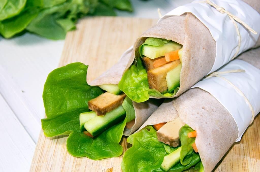 Glutenfreie Wraps als Mittagessen im Büro