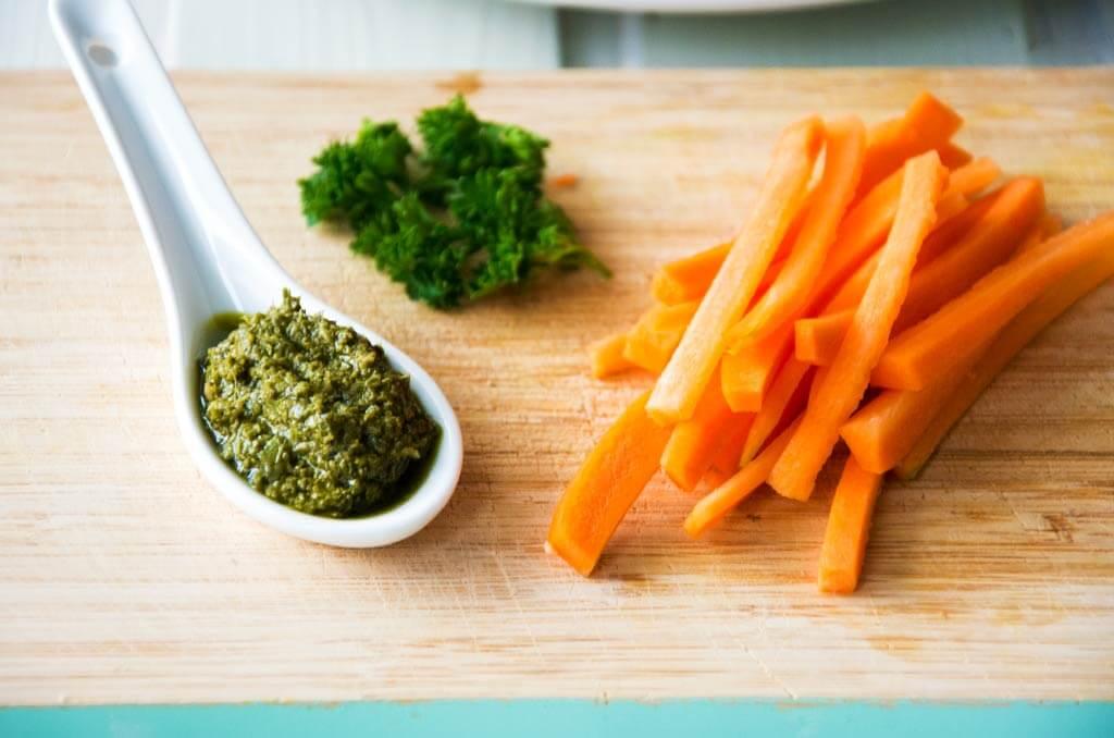 Pesto, Gurken und Karotte als Füllung für glutenfreie Wraps